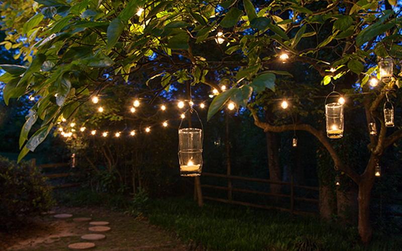 Taman Jadi Romantis dengan Menggantung Candle Lentern Buatan Sendiri