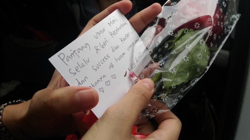 Bunga mawar untuk Nikita Mirzani (Foto: Vania/Okezone)