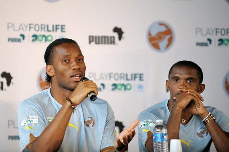 Drogba dan Etoo saat menghadiri acara apparel yang mensponsori mereka. (Foto: AFP/Bertrand Langlois)