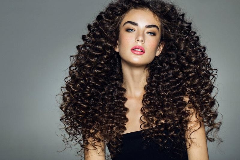 Metode Keramas untuk Rambut Keriting Ternyata Beda, Nih Buktinya