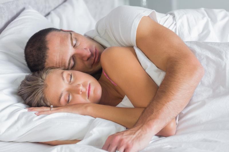 Pelukan Suami saat Tidur, Bikin Perasaan Istri Lebih Tenang Ketika Bangun