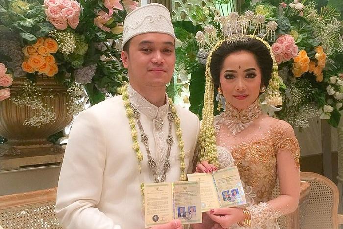 Hasil gambar untuk foto pernikahan karina salim