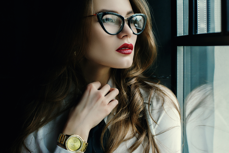 Pemilik Wajah Segitiga, Pilih Model Kacamata Seperti Ini