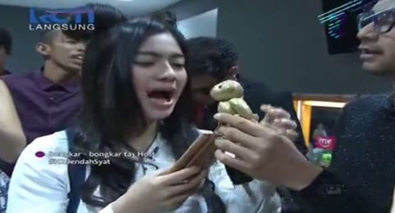 Reaksi Feli saat tasnya digeledah (Foto: MNC Media)