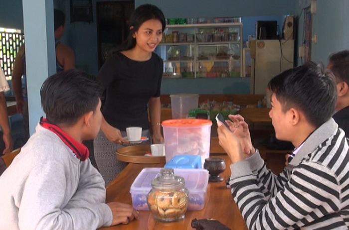 Andita Melayani Pembeli di Warung Kopinya. (Foto: Muhtar Bagus/Sindo TV)