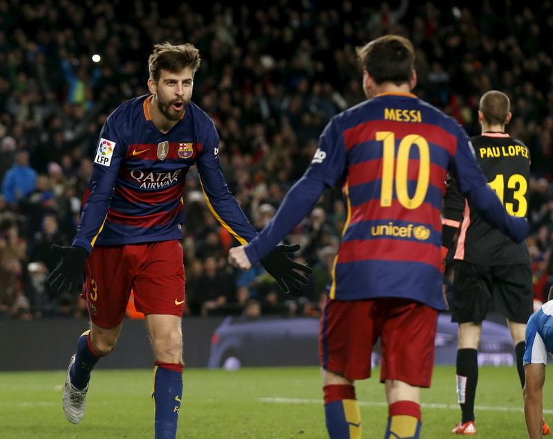 Pique bangga kepada Messi. (Foto: REUTERS/Albert Gea)