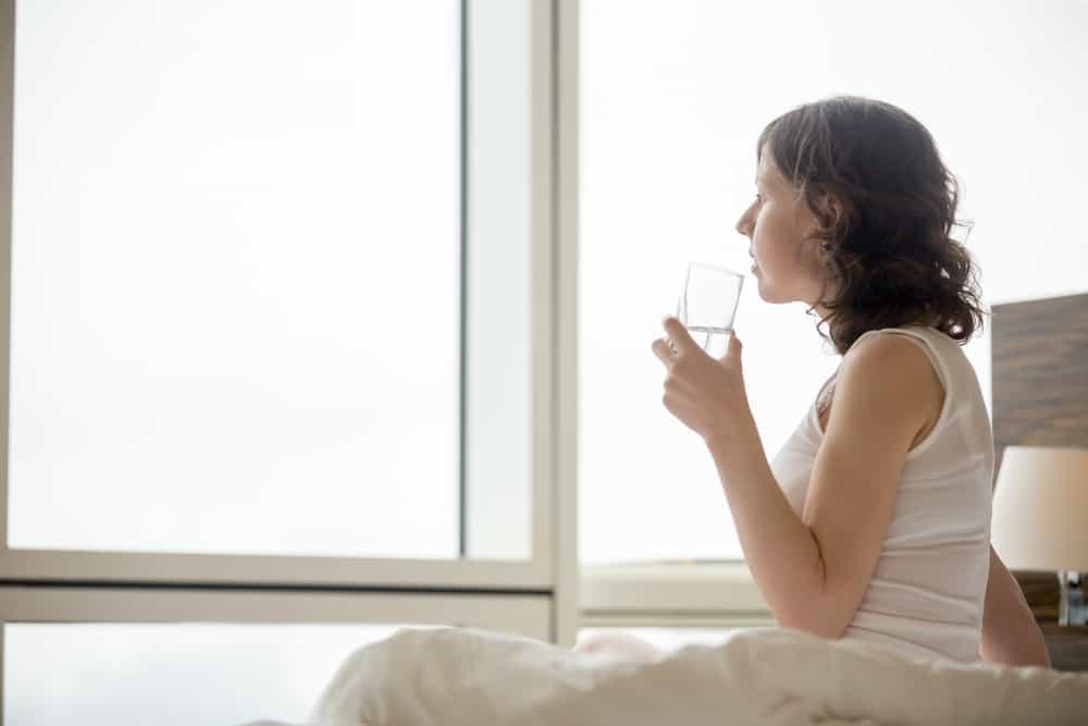 4 Alasan saat Bangun Tidur Wajib Minum Air Putih