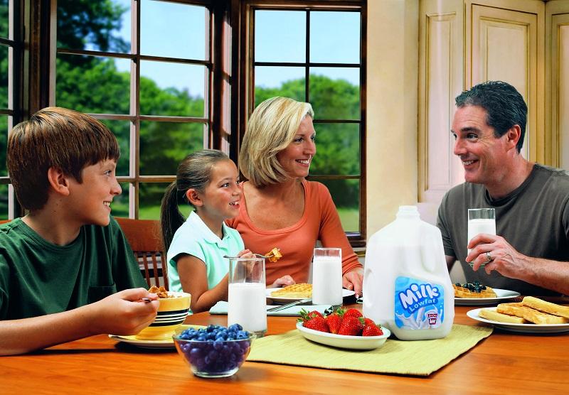 Kapan Sih Waktu yang Pas untuk Minum Susu Bareng Keluarga?