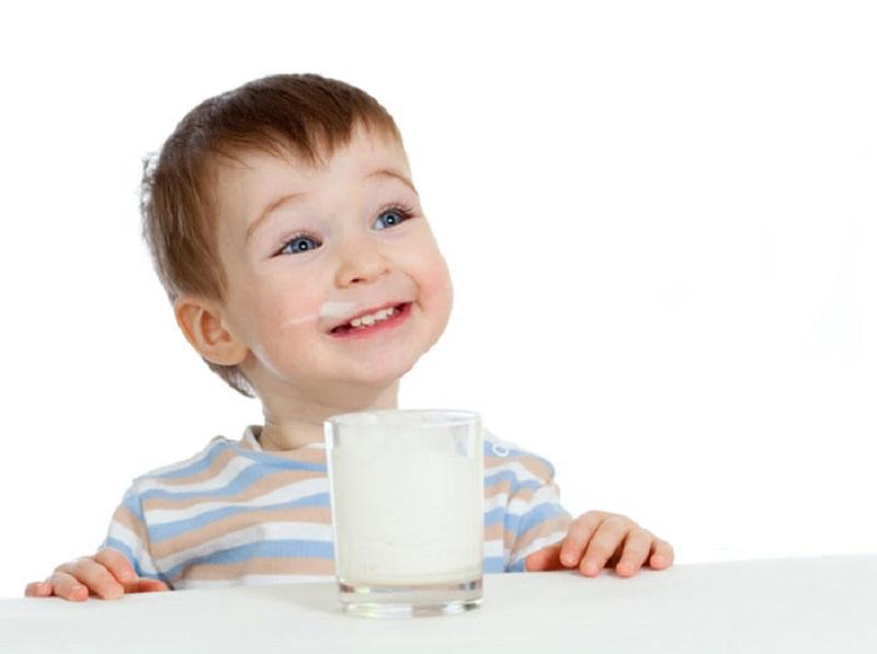 Baik Mana? Anak-Anak Minum Susu Skim atau Full Cream