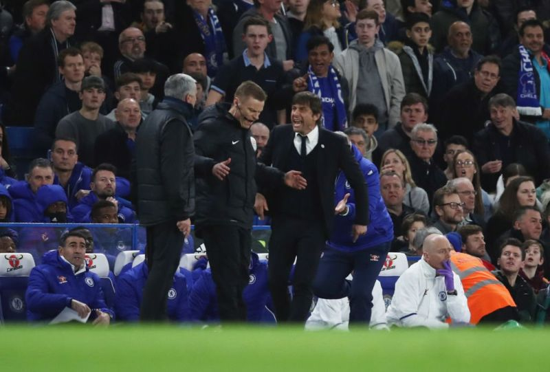 Jose Mourinho (kiri) dan Antonio Conte (kanan) sedang saling mengejek (Foto: Squawka)