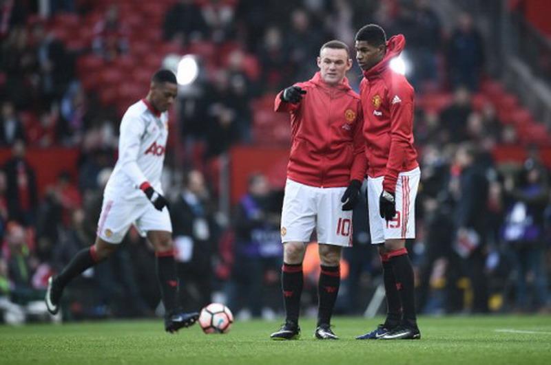 Wayne Rooney dan Marcus Rashford (Foto: AFP)