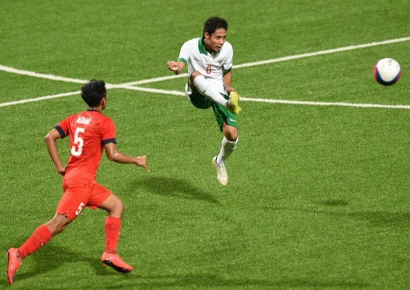 Pemain Timnas Indonesia, Evan Dimas (kanan) (Foto: Roslan Rahman / AFP)