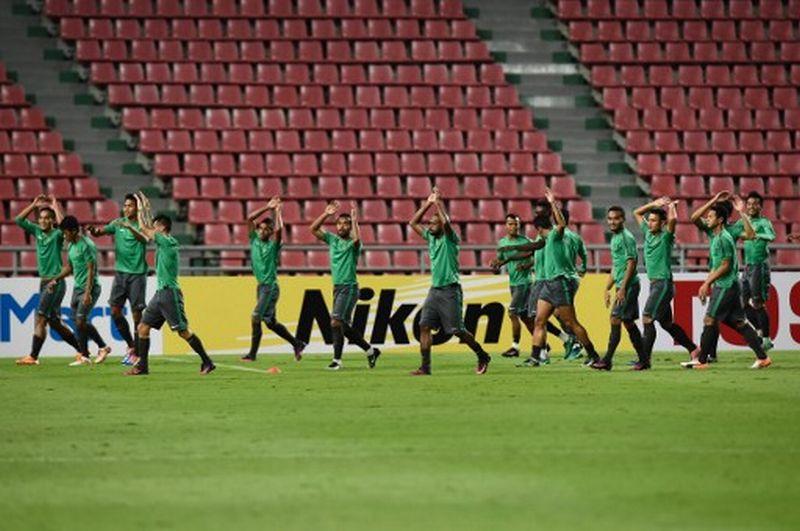 Tim Nasional Indonesia melakukan latihan (Foto: Lillian Suwanrumpha / AFP)