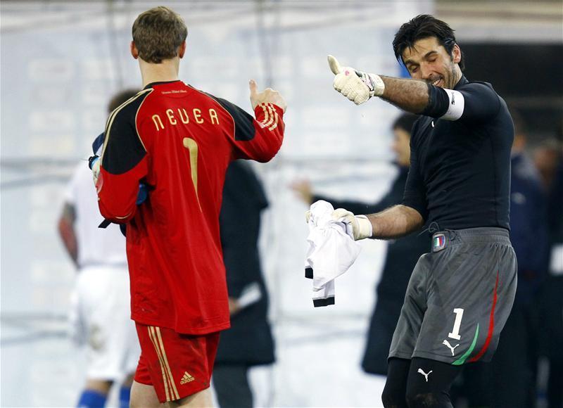 Gianluigi Buffon dan Manuel Neuer. (Foto: Reuters)