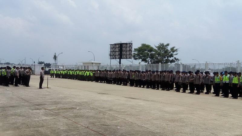 Polisi saat mengadakan apel di Pakansari. (Foto: Deden/OKezone)
