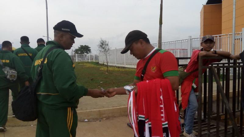 Penjual saat menjajakan souvenir di Stadion Pakansari. (Foto: Deden/Okezone)