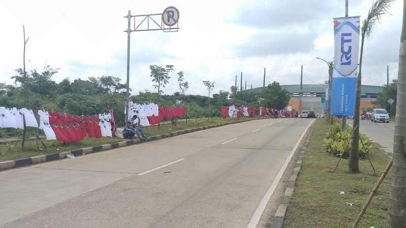 Penjual jersey di Stadion Pakansari. (Foto: Putra/Okezone)