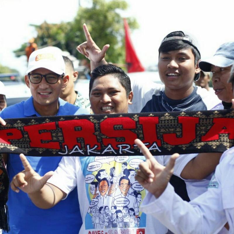 Sandiaga Uno bersama suporter Persija, The Jakmania. (Foto: @sandiuno)