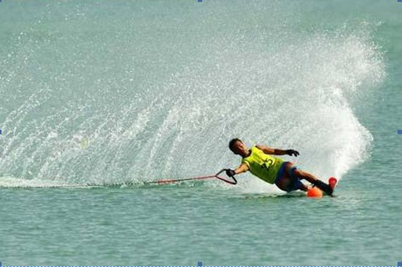 Indra saat beraksi di olahraga ski air. (Foto: Istimewa)