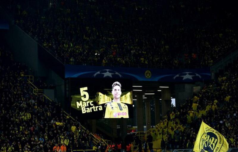 Dukungan moril fans Borussia Dortmund untuk Marc Bartra (Foto: AFP)