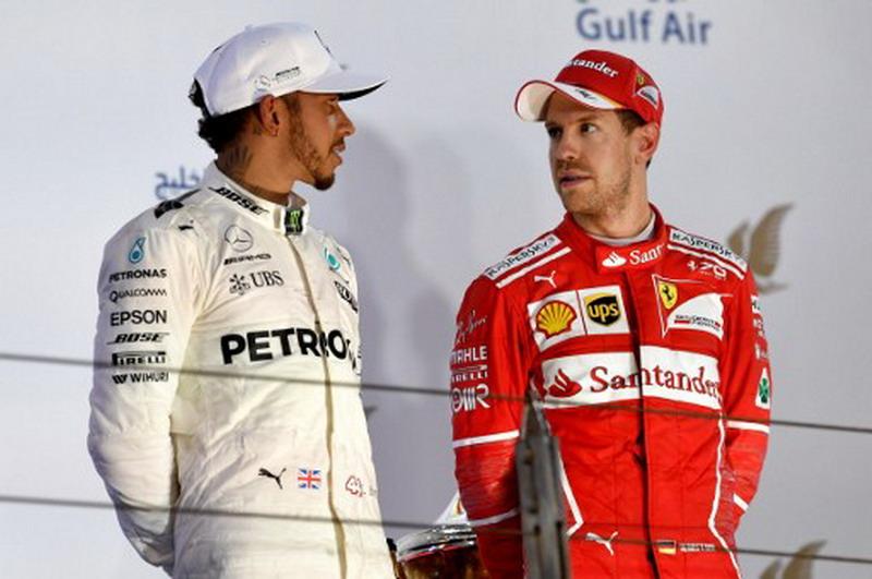 Sebastian Vettel dan Lewis Hamilton di podium GP Bahrain 2017 (Foto: AFP)