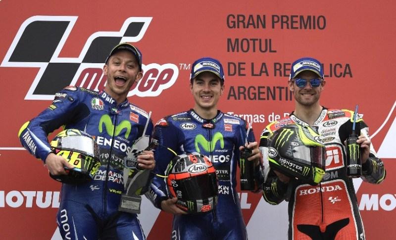 Valentino Rossi (kiri), Maverick Vinales (tengah), Cal Crutchlow (kanan). (foto: AFP)