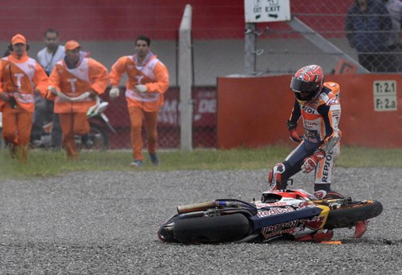 Marc Marquez saat terjatuh di GP Argentina (Foto: AFP)