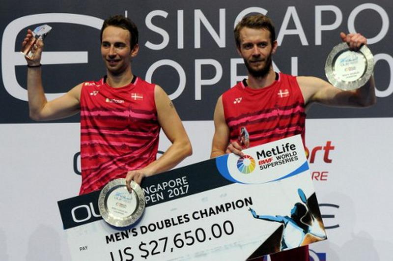 Mathias Boe/Cartsen Mogensen saat menjuarai Singapura Open 2017 (Foto: AFP)