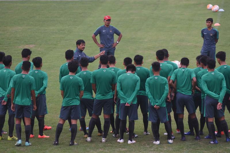 Timnas Indonesia U-19 saat mendapat arahan dari Indra Sjafri. (Foto: ANTARA/Indrianto Eko Suwarso)