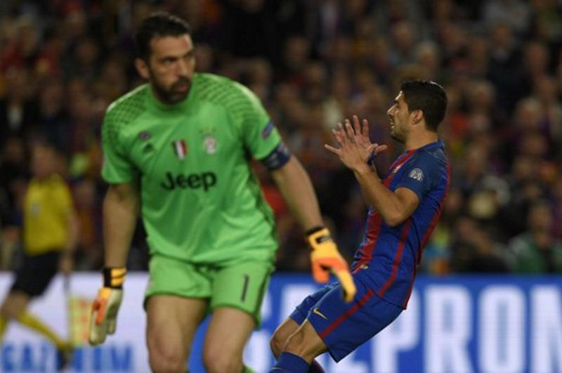 Serangan Suarez dan kawan-kawan mati di kaki pertahanan Juventus. (Foto: AFP/Lluis Gene)