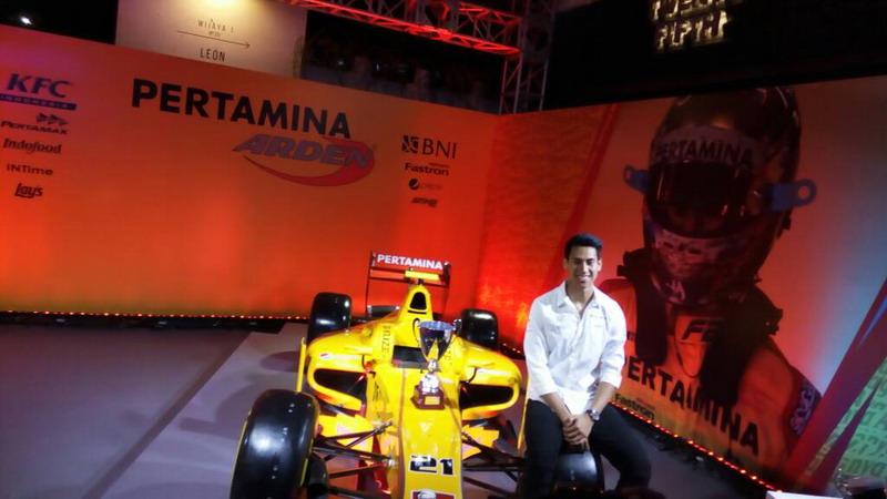 Sean Gelael bersama mobilnya di ajang Formula 2 (Foto: Hendry Kurniawan/Okezone)