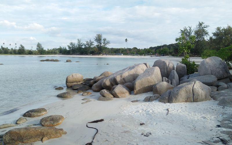 Serupa tapi Tak Sama, Bebatuan Eksotis di Pantai Trikora Mirip dengan Belitung