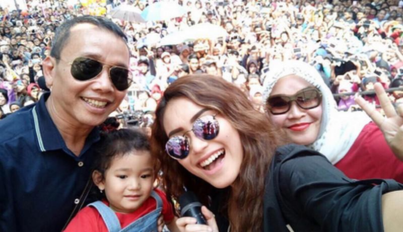 Keluarga Ayu Ting Ting (Foto: Instagram)