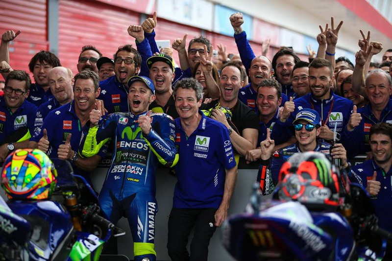Rossi dan Vinales saat merayakan kemenangan bareng kru Yamaha. (Foto: Facebook MotoGP)