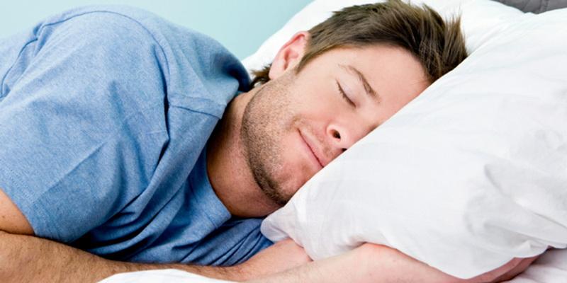 Mau Hilangkan Stres? Saatnya Tidur di Bawah Selimut Tebal Saja