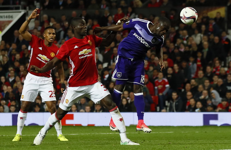 Bailly saat menahan gempuran pemain Anderlecht. (Foto: REUTERS/Jason Cairnduff)