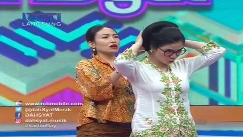 Ayu Dewi dan Feli (Foto: Dahsyat)