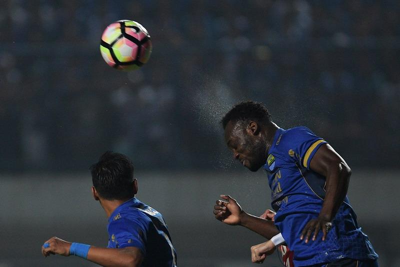 Essien saat berduel dengan pemain Arema FC. (Foto: ANTARA/Sigid Kurniawan)