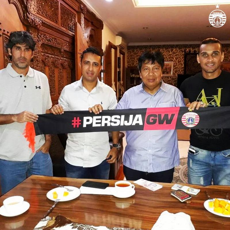 Bruno Lopes (paling kanan) saat diperkenalkan manajemen Persija. (Twitter Persija)