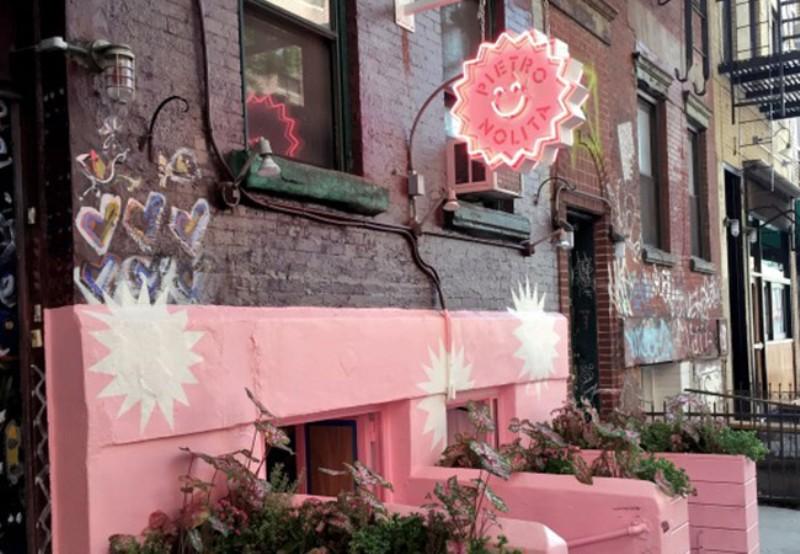 Pencinta Warna Pink Pasti Pengen Banget Makan di Restoran Ini