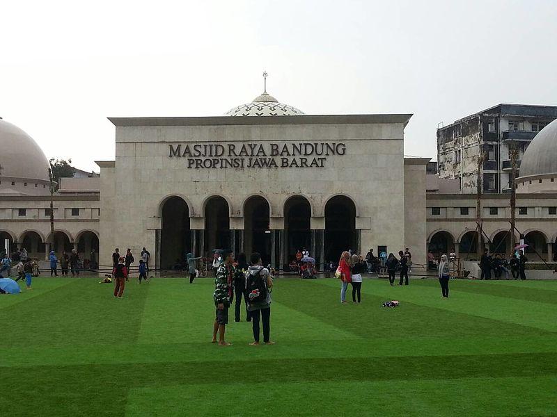 Nostalgia dengan Wajah Alun-Alun Kota Bandung