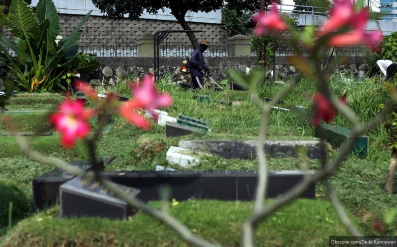 Ritual Berdoa dan Bersihkan Kuburan Jelang Puasa di Padangsidimpuan