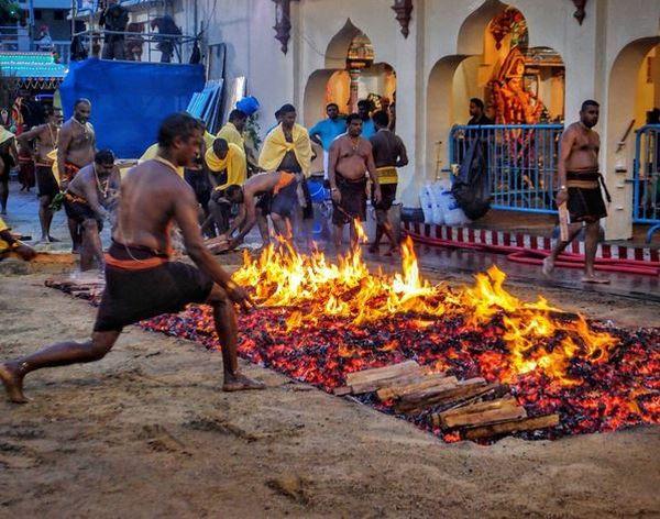 Hiii... Ngerinya Festival Berjalan di Atas Api ala India dan Indonesia