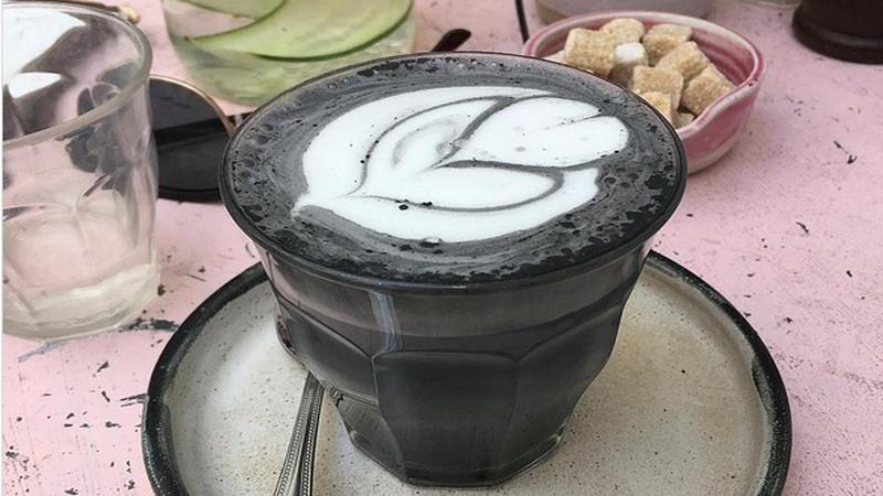 Lupakan Unicorn Latte, Sekarang Ada Latte Berbahan Dasar Arang
