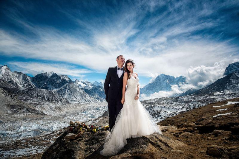 Perjuangan di Balik Romantisnya Foto Pernikahan di Puncak Everest