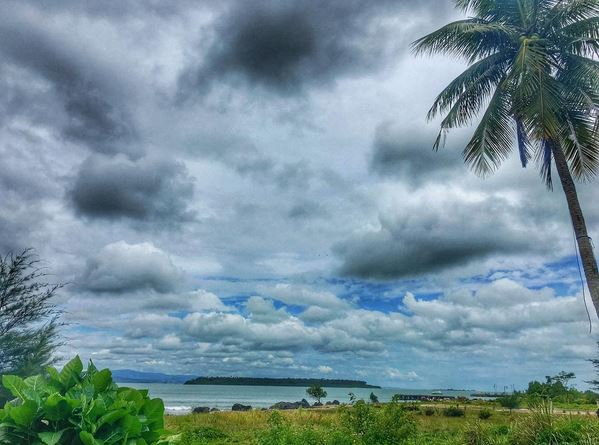Sihir Kilau Pantai Sirombu, Nias
