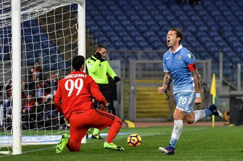 Biglia saat membobol gawang Milan. (Foto: AFP/Andreas Solaro)