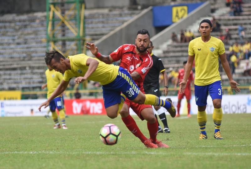 Pemain Gresik United, Jeki Arisandi. (Foto: Antara/ Risyal Hidayat)
