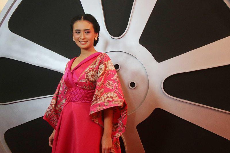 IMAA 2017: Pandu Red Carpet, Ayushita Tampil Unik dan Menawan dengan Gaun Kimono