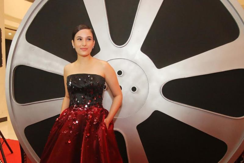 IMAA 2017 : Kenakan Ball Gown, Chelsea Islan Merah Merekah